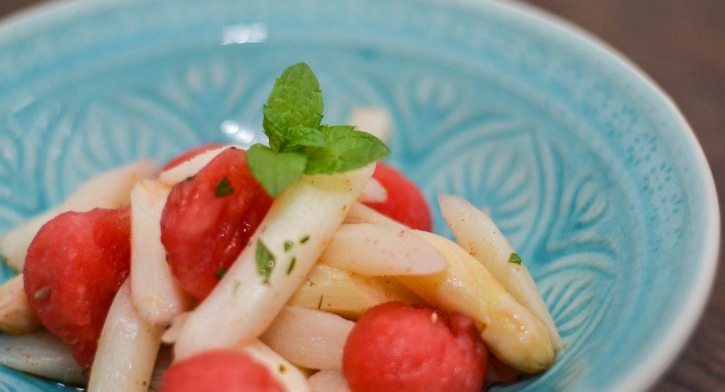 Frischer Spargelsalat mit Wassermelone